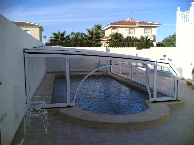 abri piscine contre un mur