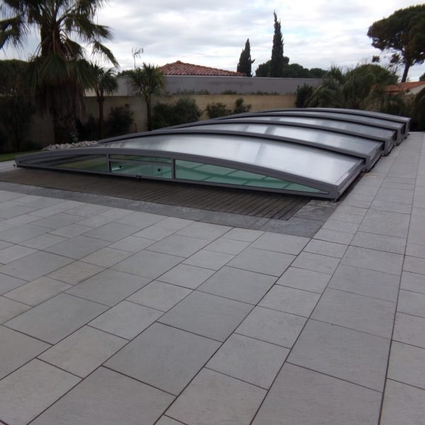 abri piscine bas gris clair