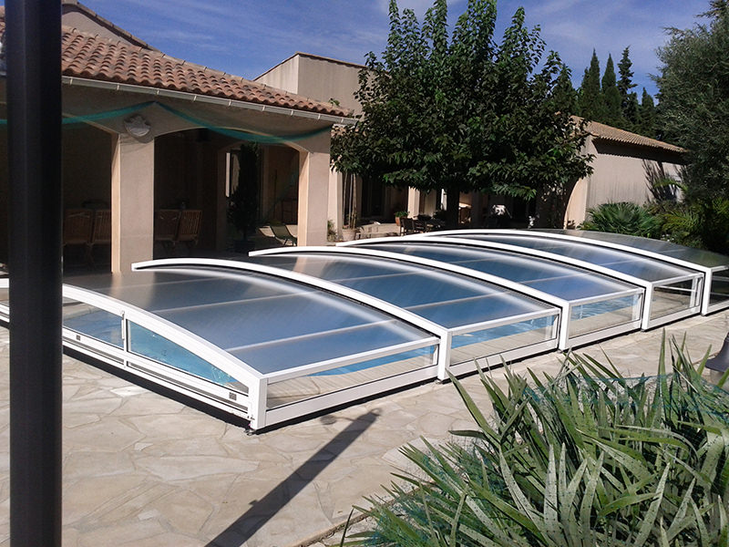 Abri piscine bas et coulissant en aluminium bel abri - Construire abri piscine ...
