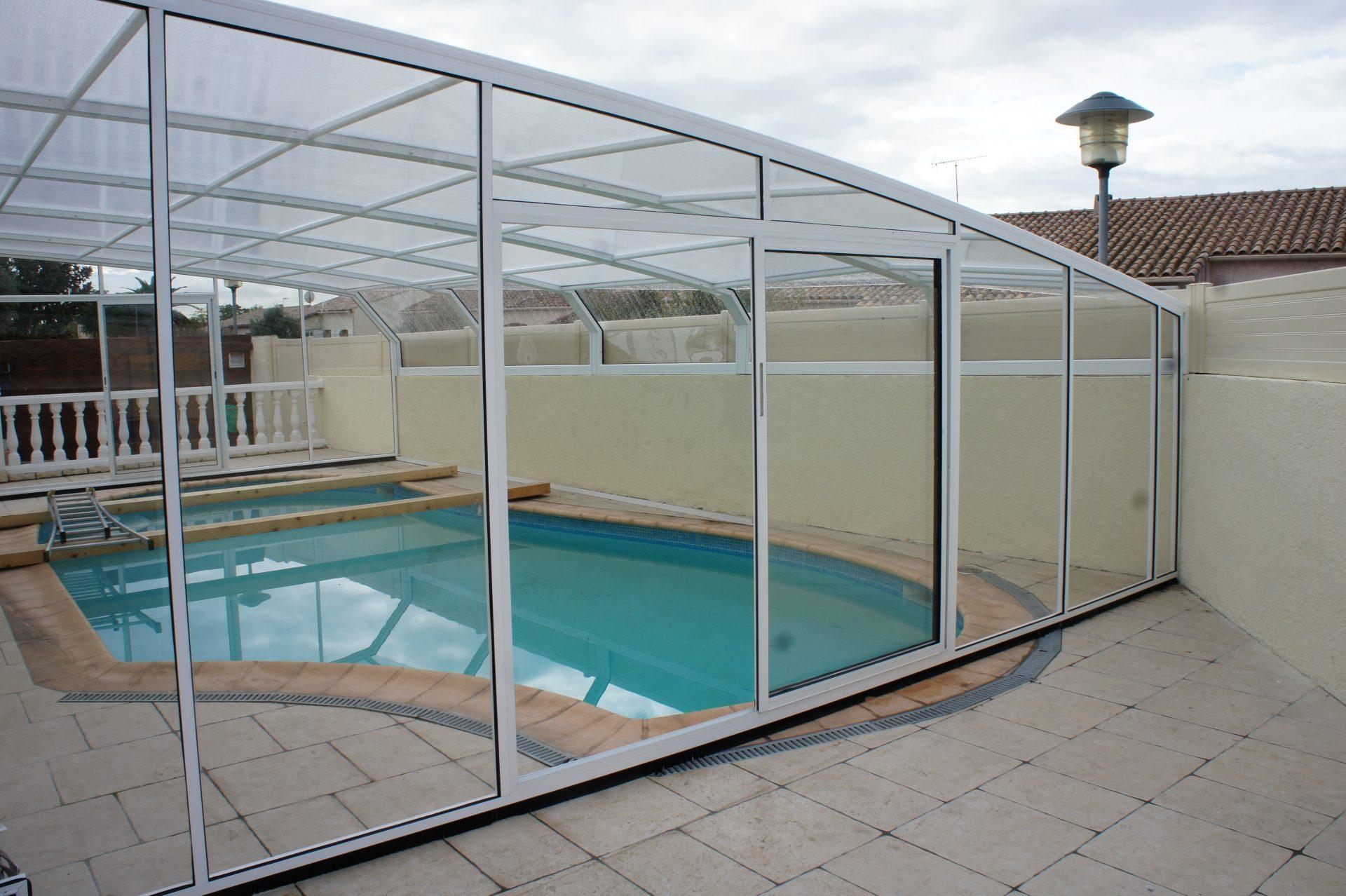 abri piscine adoss maison gallery of une piscine couverte par un abri escamotable permettant. Black Bedroom Furniture Sets. Home Design Ideas