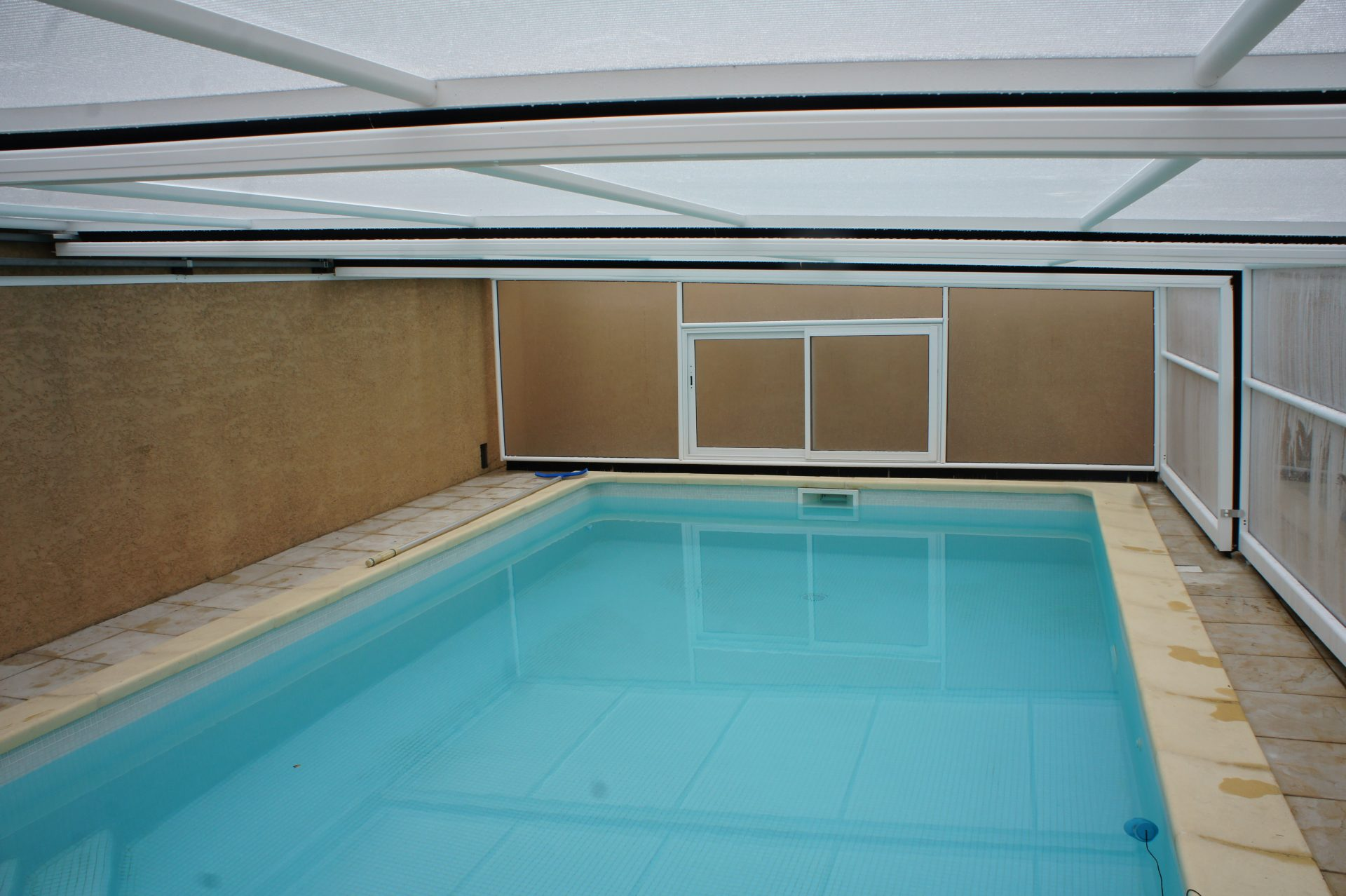 abri piscine mural et coulissant abri piscine dublin. Black Bedroom Furniture Sets. Home Design Ideas