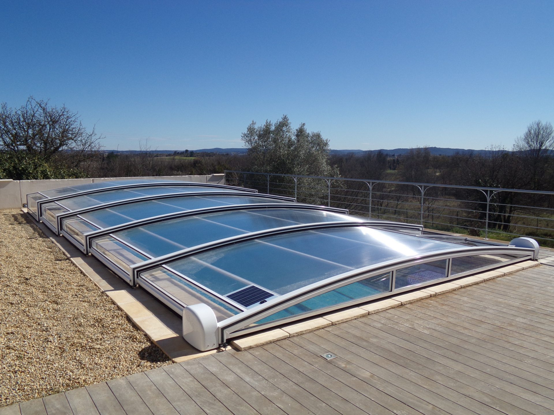 La motorisation solaire des abris piscine bel abri for Piscine panneau solaire