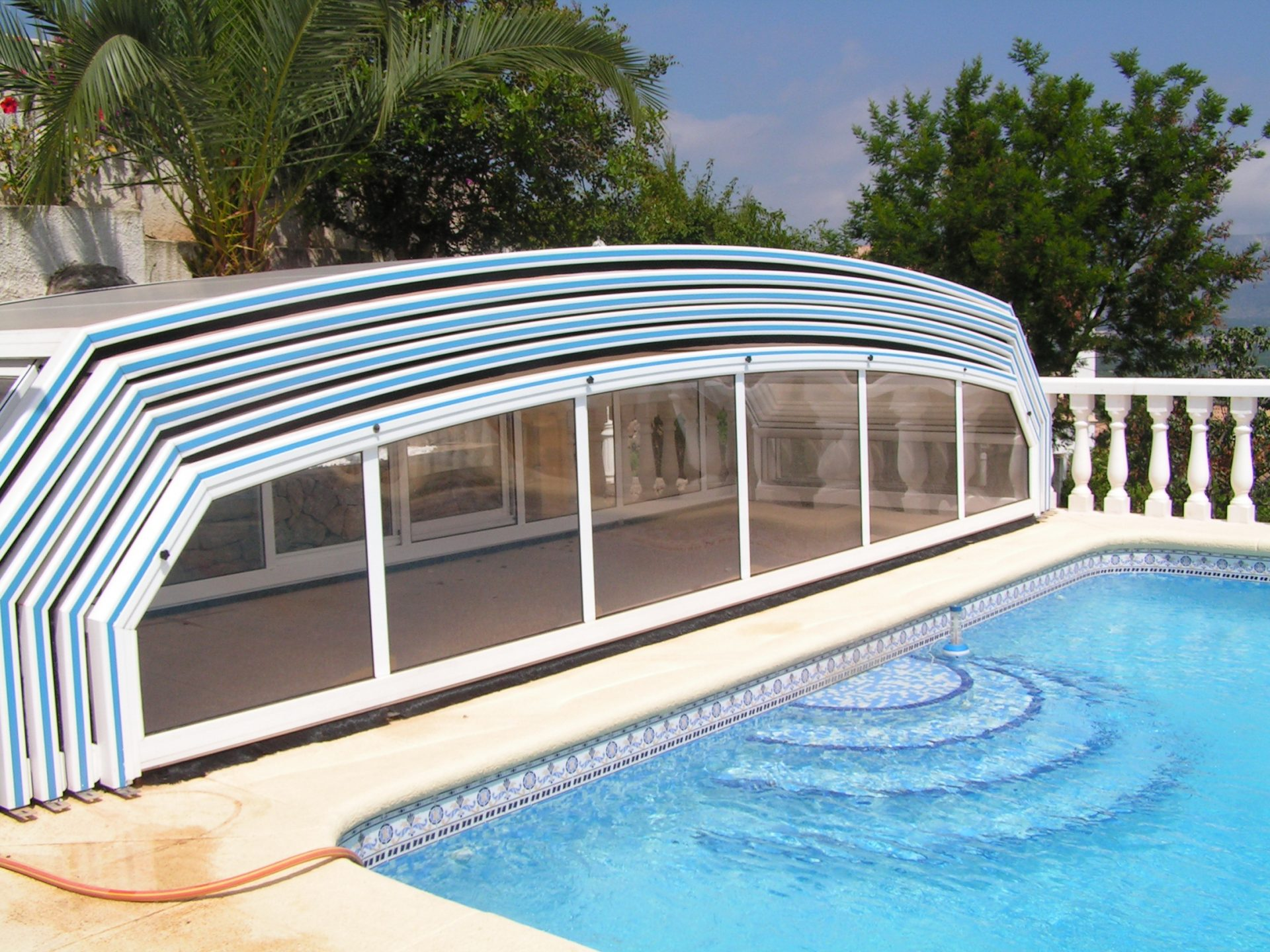 Abri piscine paris t lescopique sur roulette for Devis liner piscine sur mesure