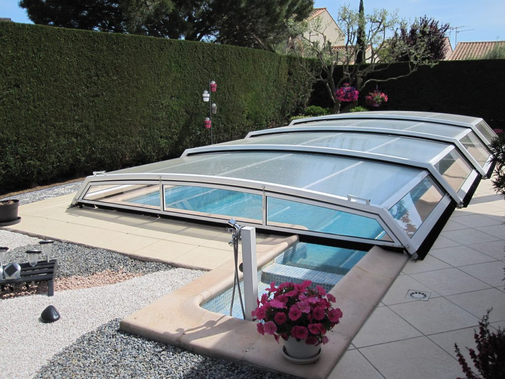 Avantages des abris de piscine s curit conomies design for Abri piscine telescopique sans rail